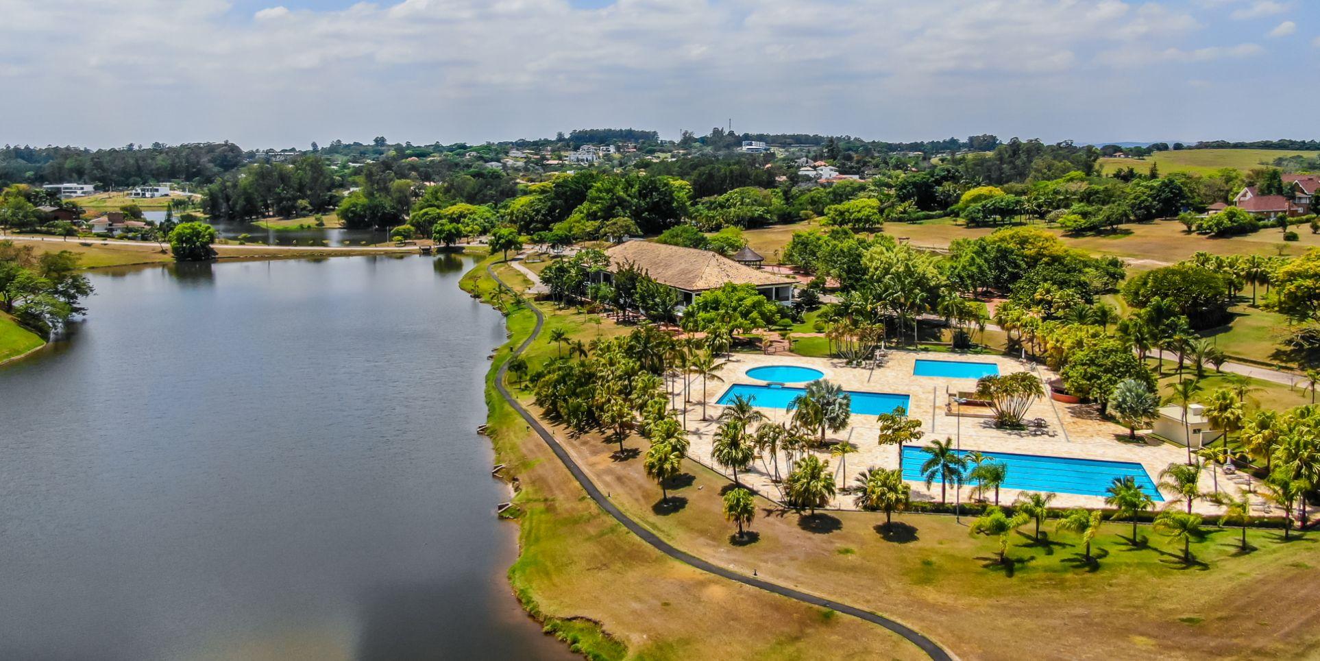 Foto aérea da região do lago e clube