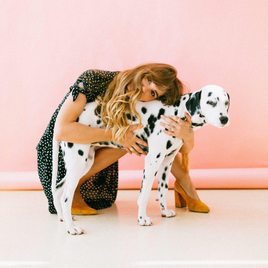 Abra seu imóvel para os animais domésticos! Assim você conseguirá alugar seu imóvel muito mais rápido - Mulher com cachorro