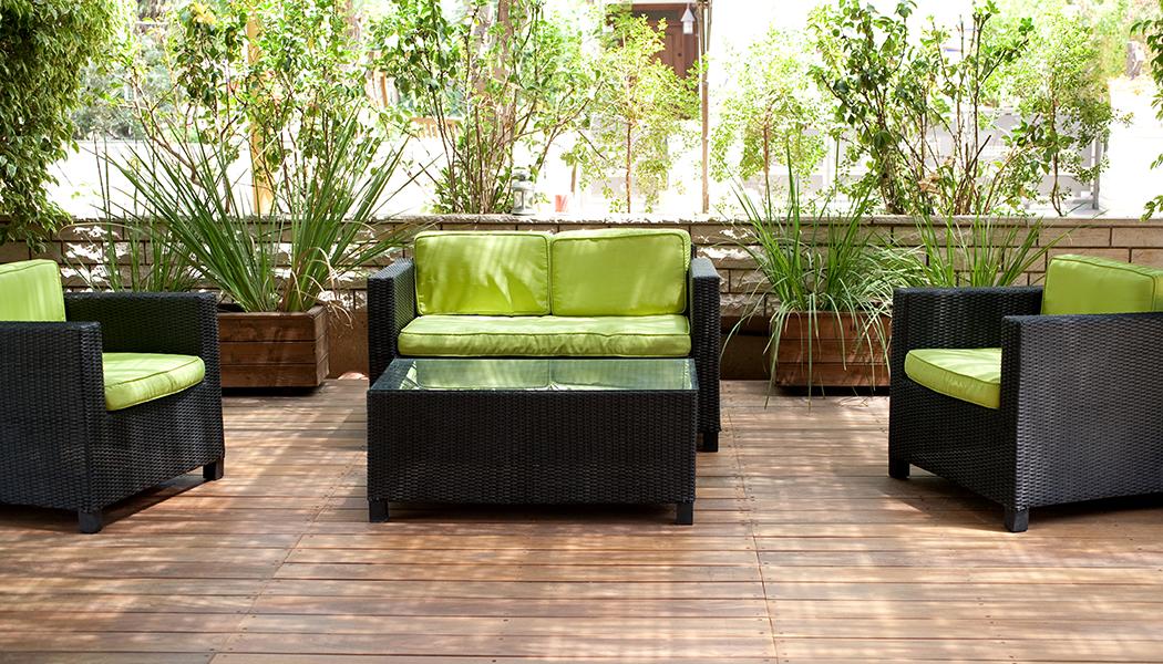 Quintal com móveis verdes
