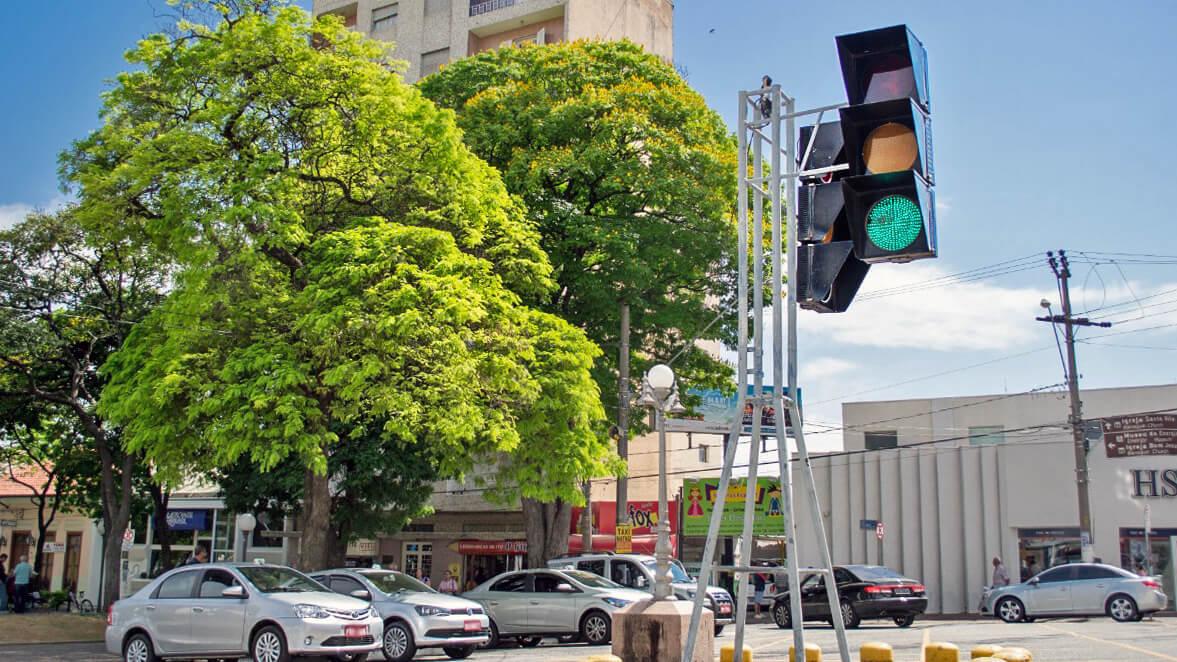 Semáforo gigante na Praça da Matriz - Itu